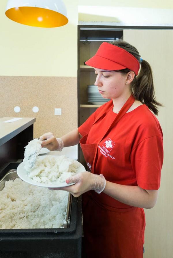 Wydawanie posiłku w jadłodalni Caritas