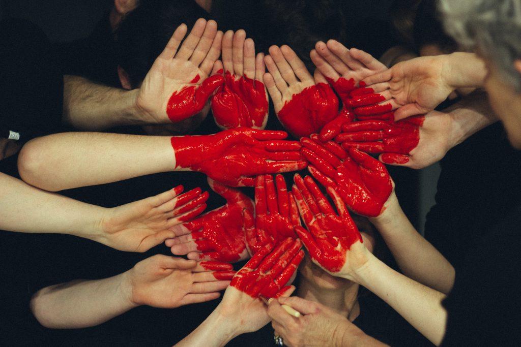 Zdjęcie przedstawia serce ułożone z dłoni