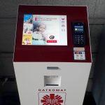 Na zdjęciu znajduje się urządzenie do automatycznego przekazywania datków. Jest podobny do infokiosku lub parkometru.