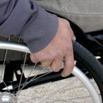 Fotografia pokazuje zbliżenie na wózek inwalidzki